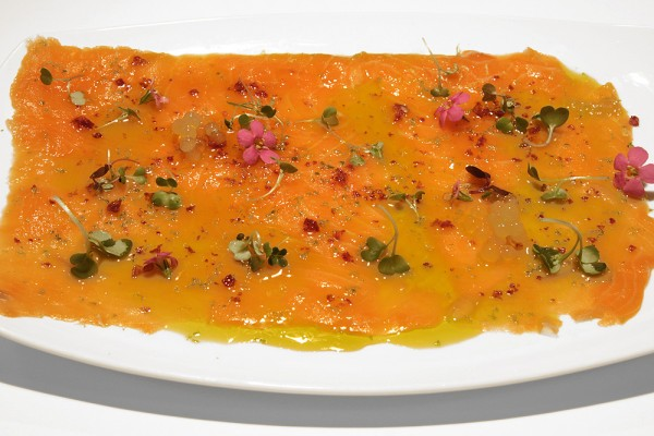 Salmon marinated with arome of citrus